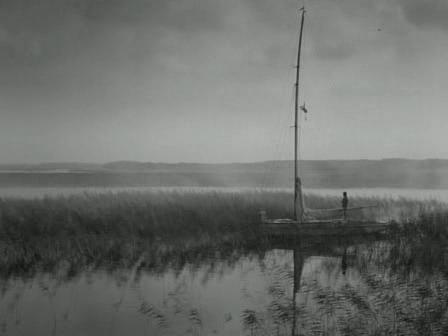 noz-w-wodzie-barco-amanecer